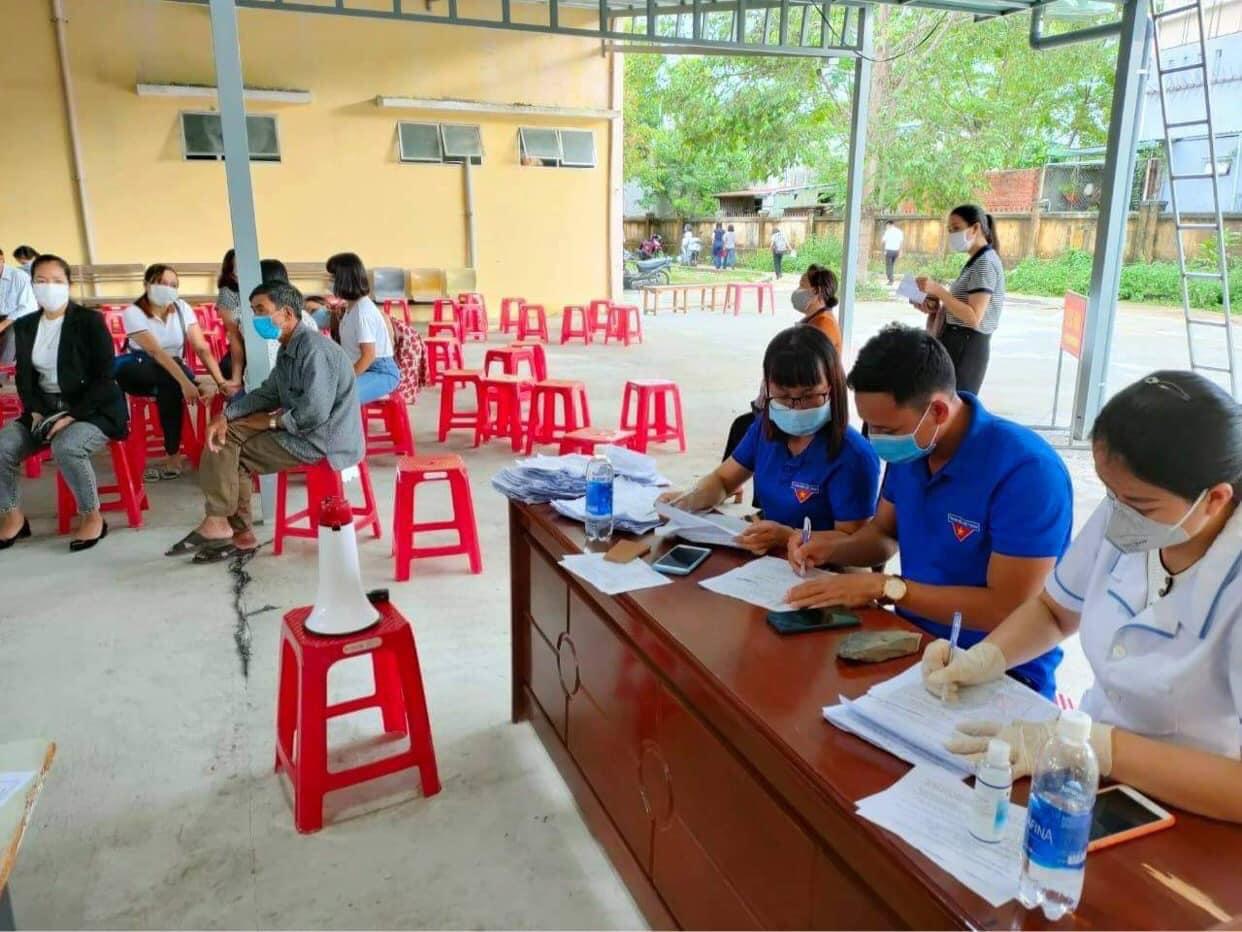 Tuổi trẻ Thăng Bình tích cực tham gia hỗ trợ người dân tiêm vacxin phòng, chống dịch bệnh Covid – 19